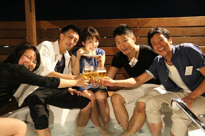 足湯でビールを飲む人々