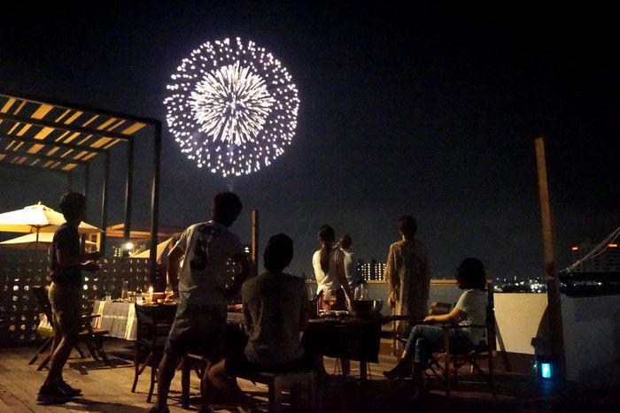 ロックヒルズガーデンのテラスで花火を見ている人々
