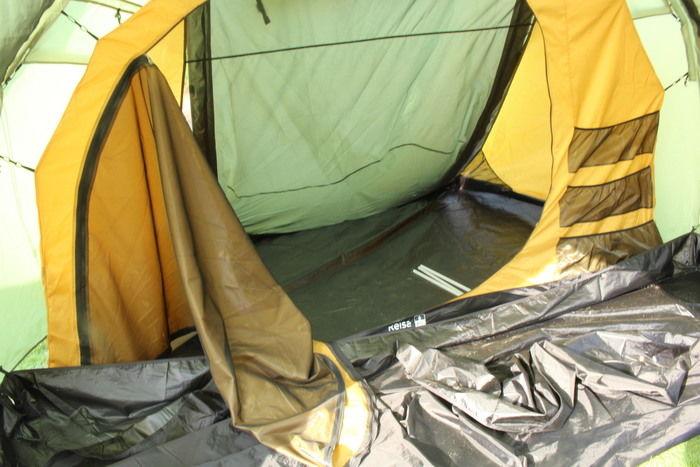 テントの入り口部分を開いた様子