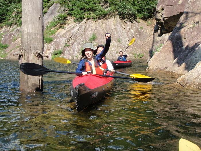 四万湖でカヌーを楽しむ人々