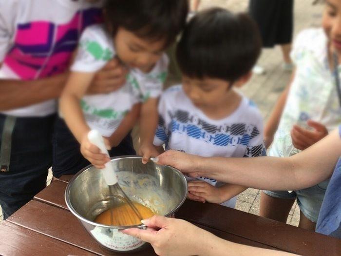 バウムクーヘンを作る子供達
