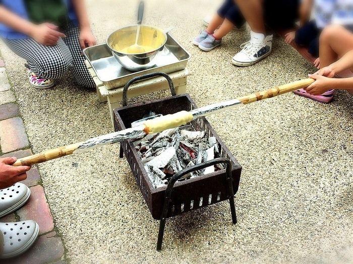 バウムクーヘンを焼く子供達