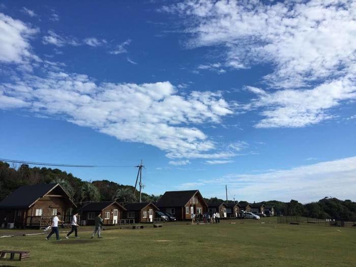 青空の下に広がる南紀串本リゾート大島のコテージとオートキャンプサイト