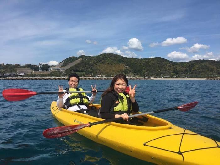 南紀串本リゾート大島内の海でシーカヤック体験を楽しむ女性