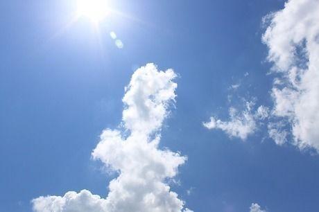 太陽が照っている青空の写真