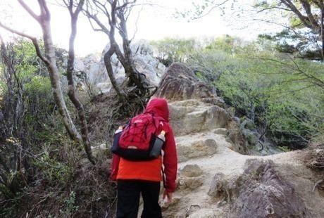 鎌ヶ岳の岩場を登る様子