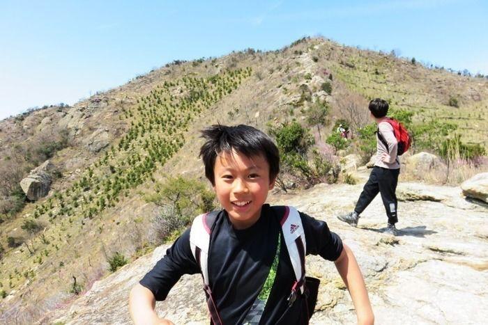 登山を楽しむ子供