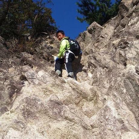 六甲山の岩登りをする様子