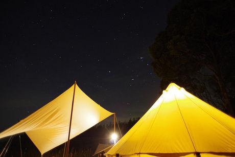 光るテントと夜空