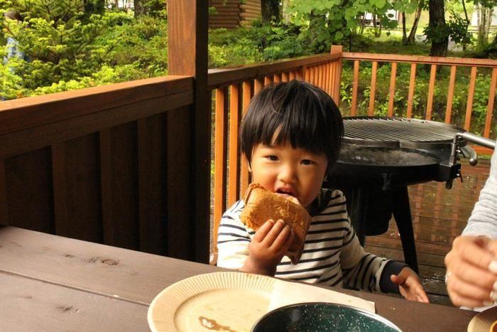 ホットサンドを食べる子供