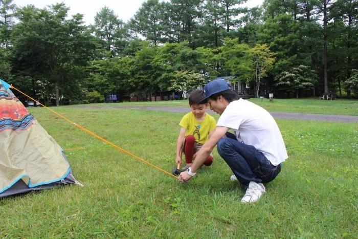 hinataのスタッフと一緒にテントを設営するコ子供