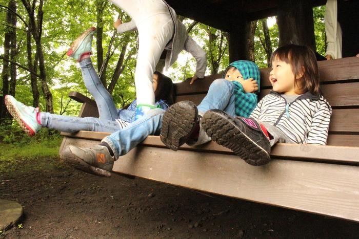 スイートグラスのアスレチックで遊ぶ子供達