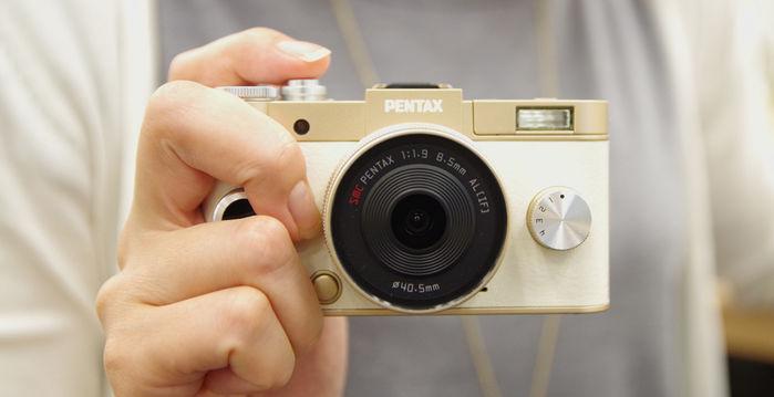 ゴールドクリーム色のカメラ