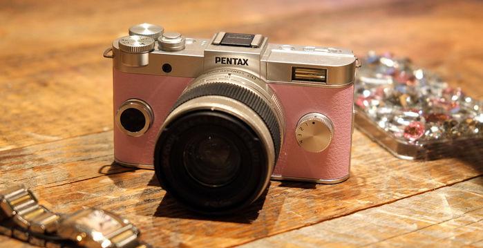 シルバーとピンクのカメラ