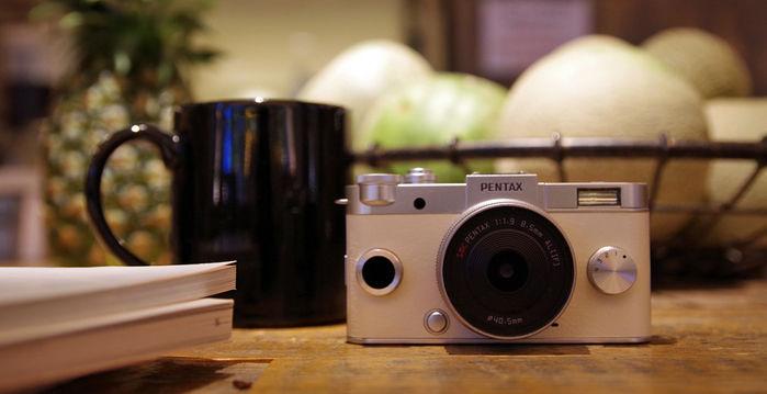 ブライトシルバーとクリーム色のカメラ