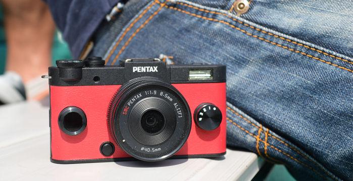 ブラックとレッドのカメラ