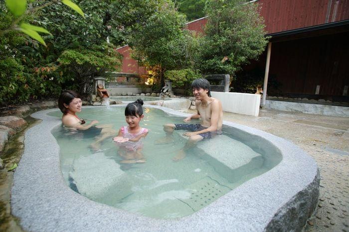 るり渓温泉に入っている家族の写真