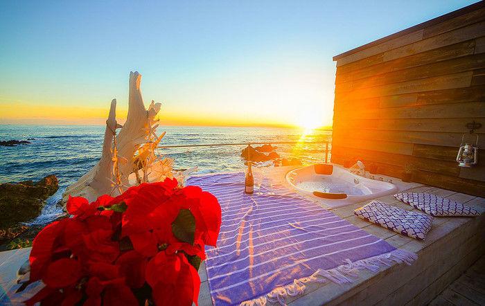 THE HOUSEグランピングスポットのジャグジーと夕日を浴びて輝く海