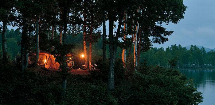 木々の間に設置された雰囲気の良いスノーピークのテント