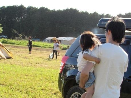 キャンプ場で子供を抱っこしている男性