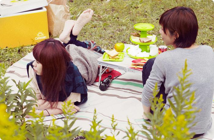 ピクニックでくつろぐ女性