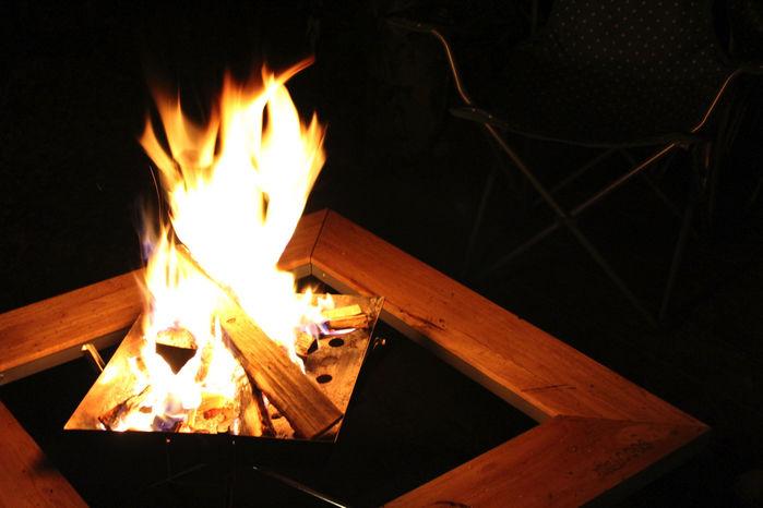 たき火テーブルとたき火台でたき火をする様子