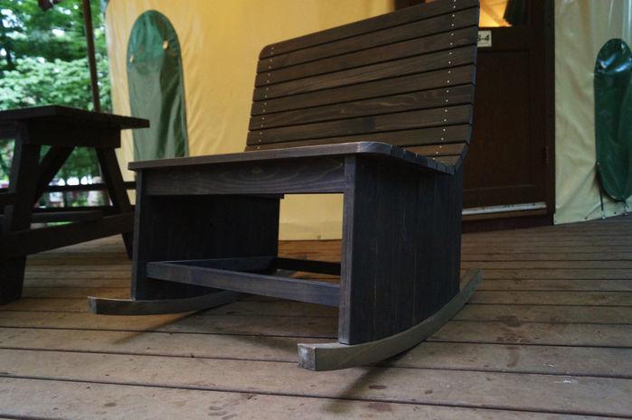 マッシュルームパオのベランダに置いてあるロッキングチェア
