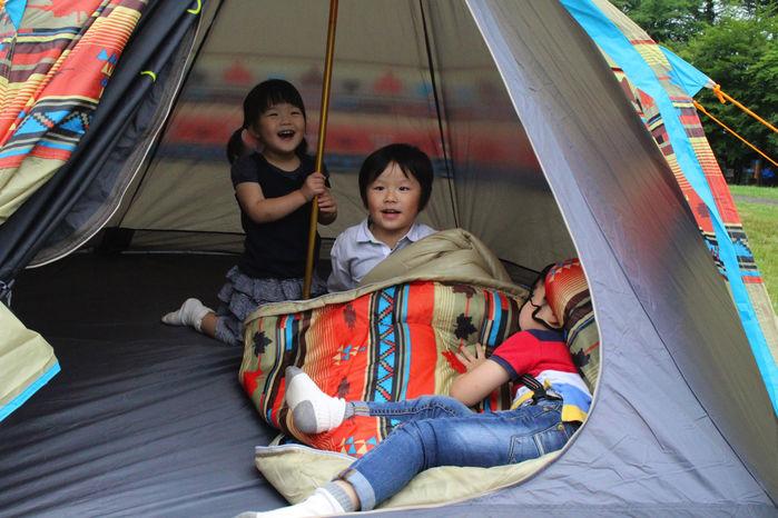 テントの中で楽しむ子供達