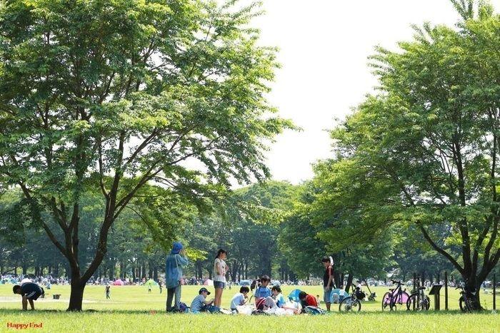 小金井公園内で遊ぶ子供たち