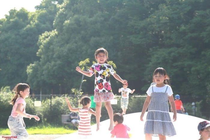 トランポリン・ドームで飛び跳ねる子供たち
