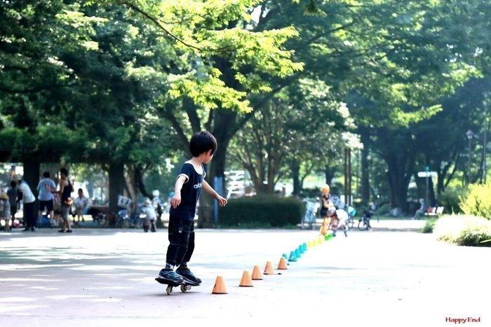 スケボーで遊ぶ子供