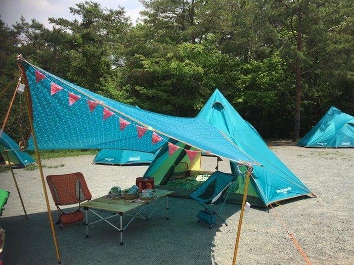 水色の三角錐のような形状のティピーテント