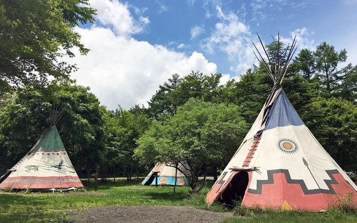 インディアン風テントが並ぶキャンプサイト