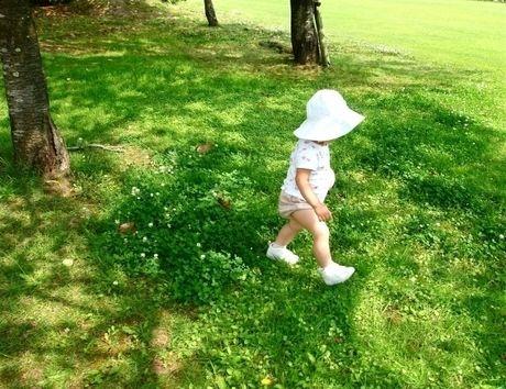 キャンプ場を歩く子供