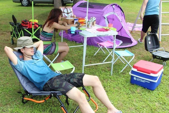 キャンプ場でくつろぐ男女