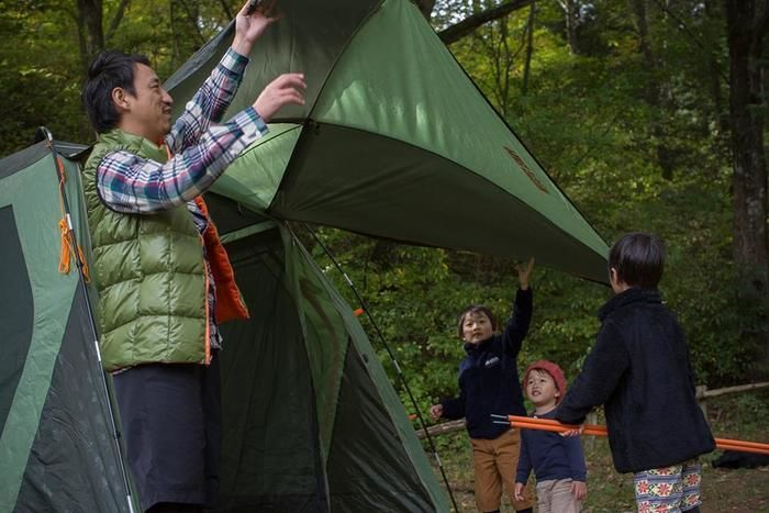 ロゴステントを広げる家族
