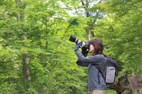 フォックスファイヤーのジャケットを着て撮影する女性