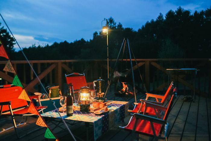 夕暮れ後のキャンプサイト