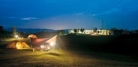 夜のキャンプ場とスノーピークのテント