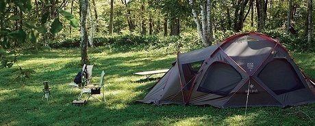 森の中に設営されたスノーピークのテント