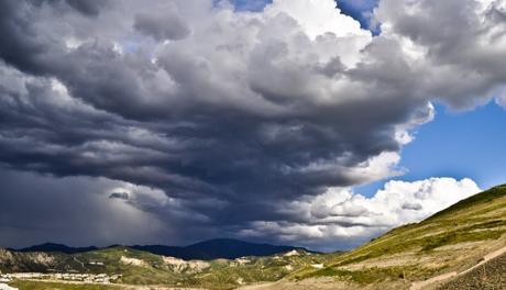 雨雲がかかった山