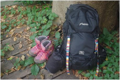 道に置かれた登山靴とリュック
