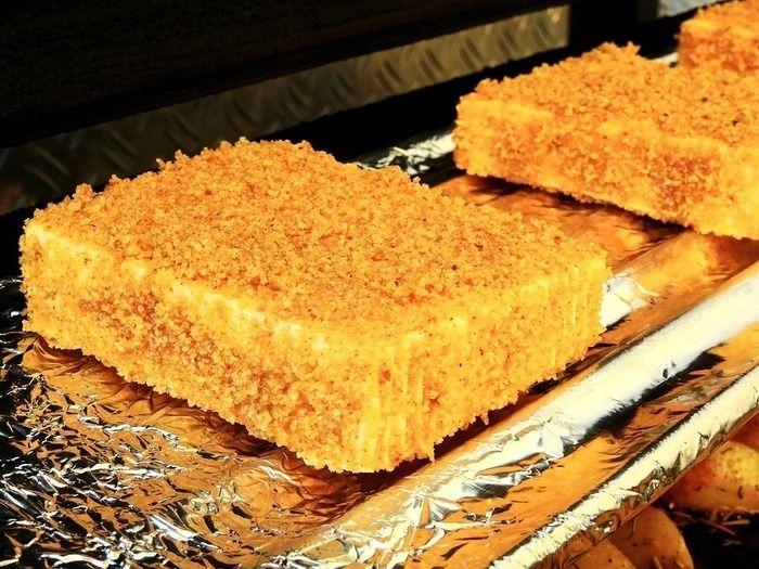 バーベキューグリルで焼かれたチーズ