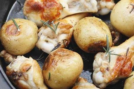 ダッチオーブンでジャガイモと鶏肉を焼く様子