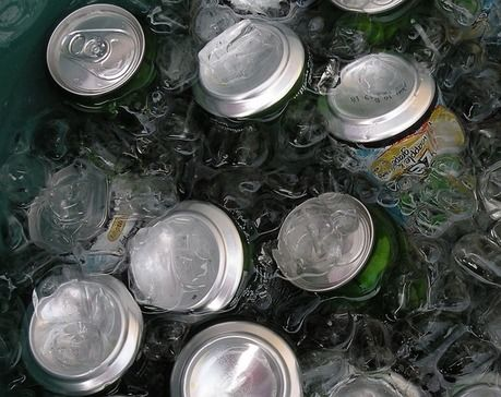 氷の中に入れられた大量の缶