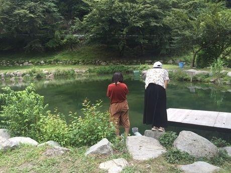 ウェルキャンプ西丹沢の池で釣りをする人々