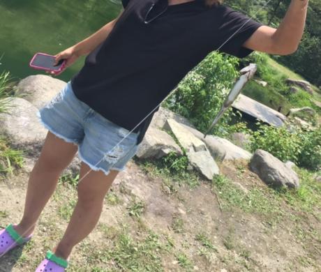 ウェルキャンプ西丹沢の池で釣りをする女性