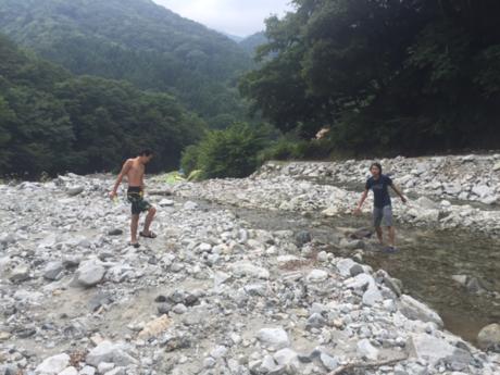 ウェルキャンプ西丹沢で川遊びをする人