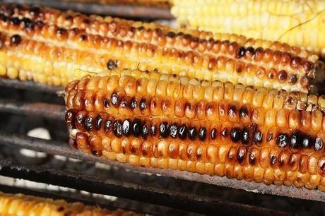 グリルで焼かれたトウモロコシ
