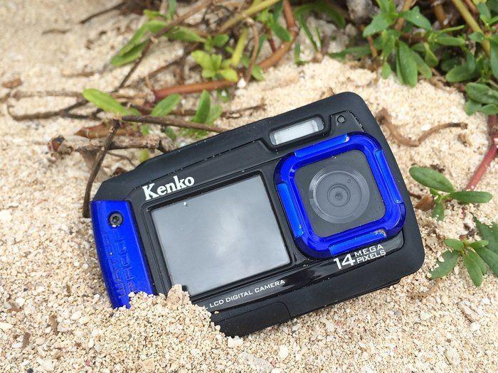 砂浜に置かれた防水カメラ